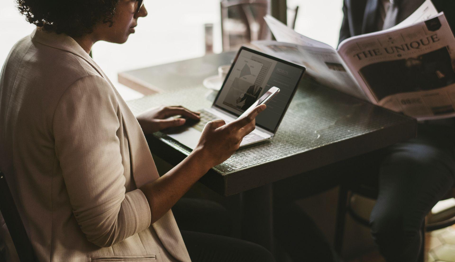 Kobieta czytająca na smartfonie
