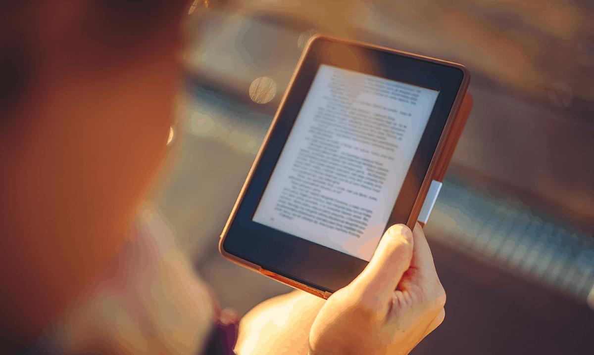 czytnik ebooków pozwala na czytanie nawet w pełnym słońcu