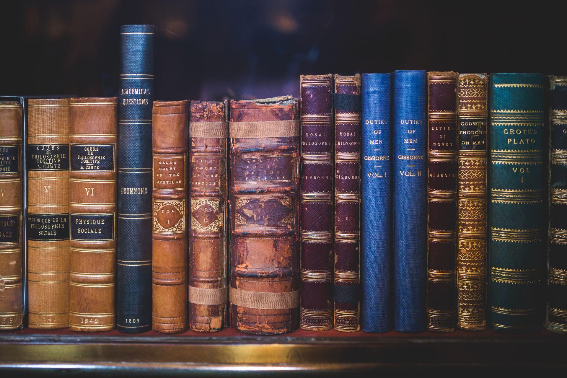stare książki ustawione na półce