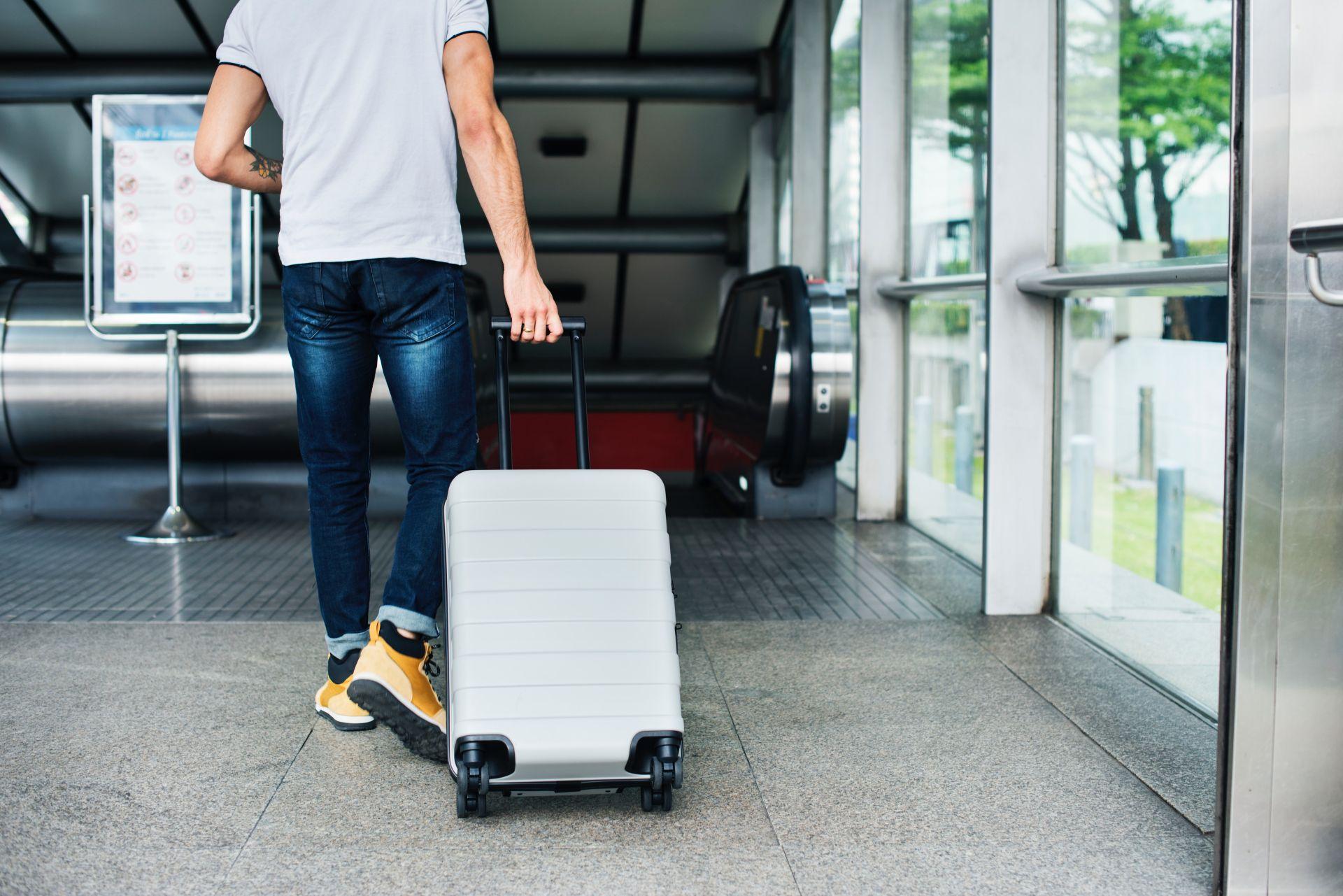 wyjazd na wakacje - mężczyzna z walizką
