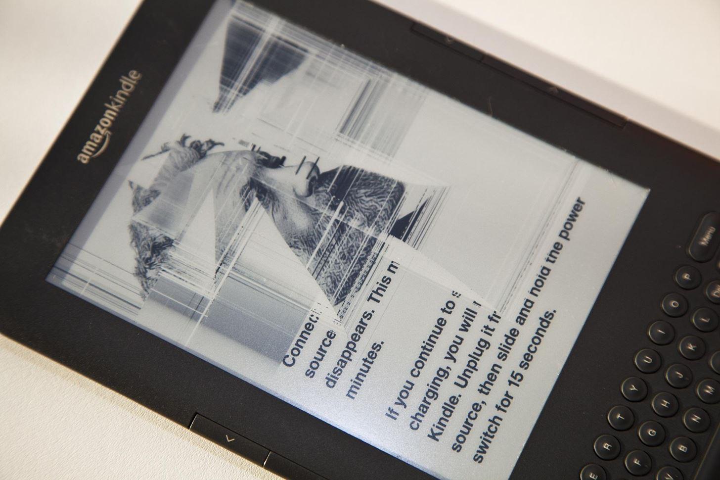 Charakterystyczne linie na uszkodzonym ekranie czytnika ebooków