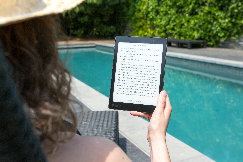 Korzystanie z czytnika ebooków nad basenem