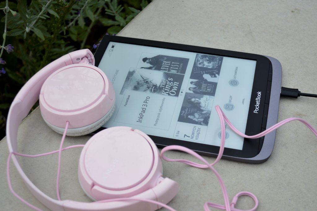 Po podłączeniu do niego słuchawek PocketBook Inkpad 3 Pro pozwala na odtwarzanie plików audio