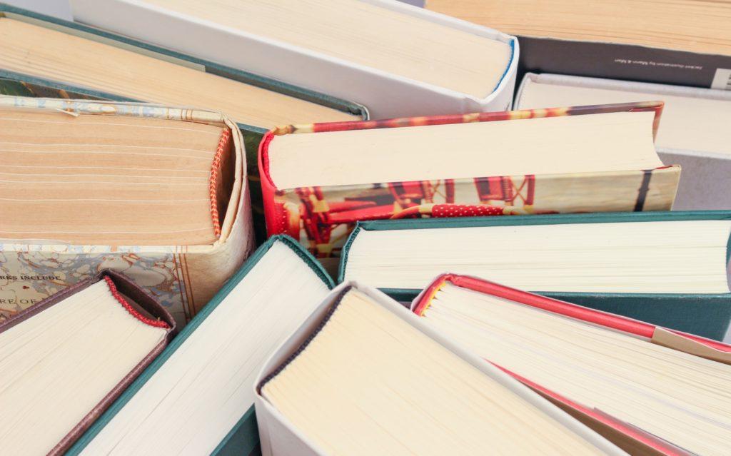 Boczne krawędzie książek