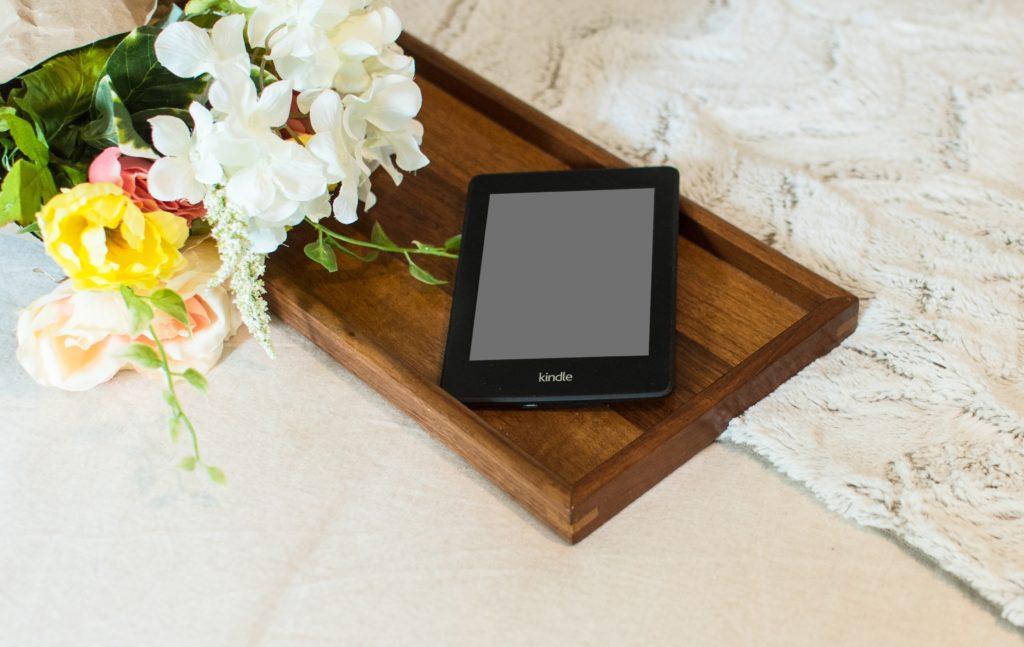 Czytnik Kindle na drewnianej tacy