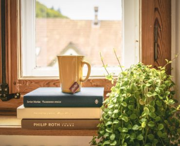 Książki leżące na parapecie