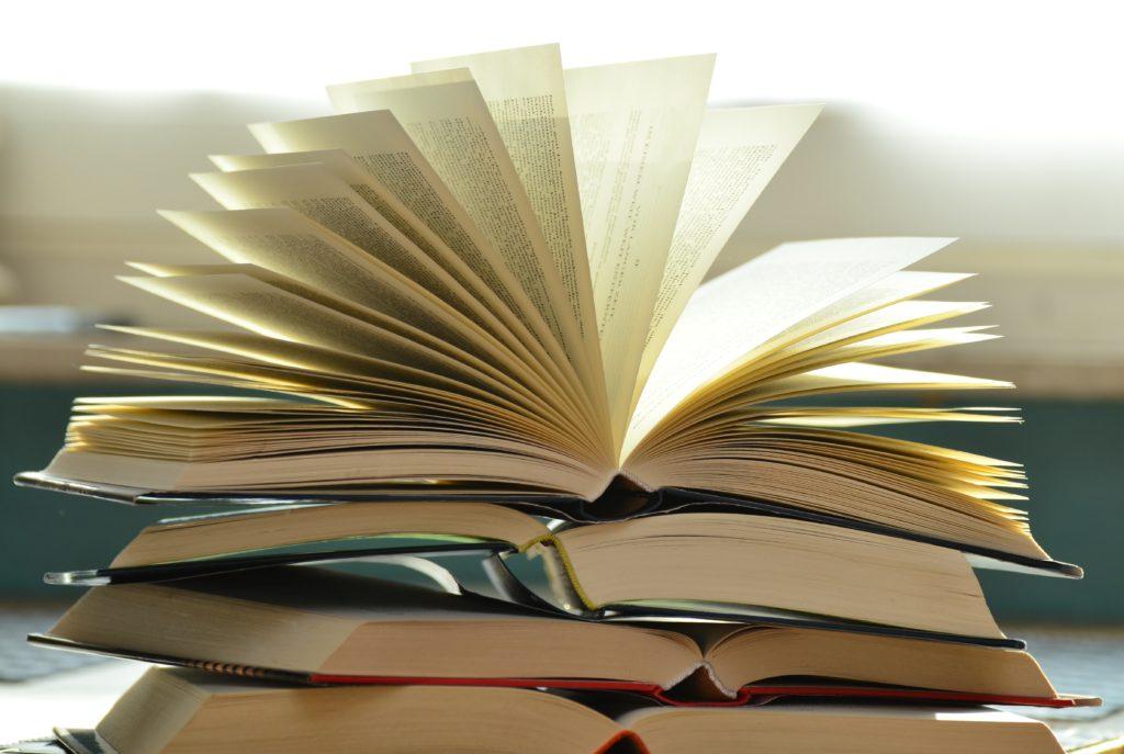 Stos otwartych książek