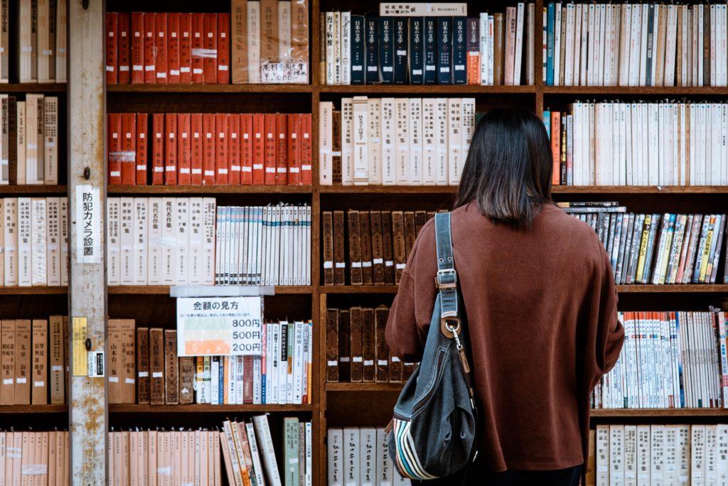 Dziewczyna wybierająca książkę