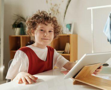 Dziecko trzymające czytnik ebooków