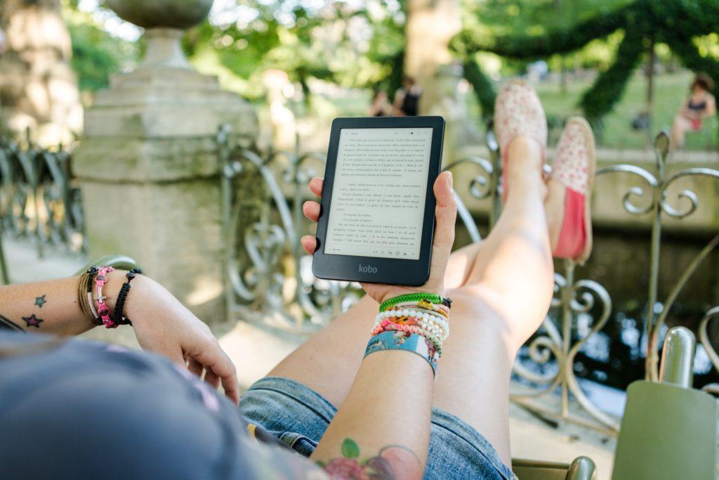 Czytanie książki na czytniku ebooków