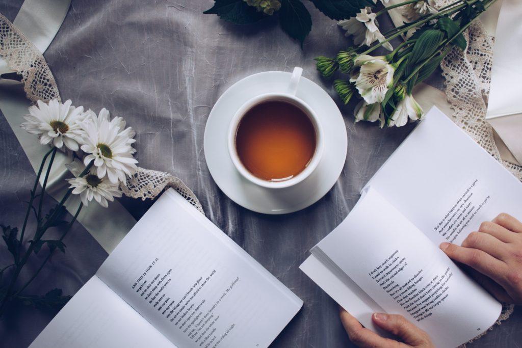Czytanie książki przy kawie