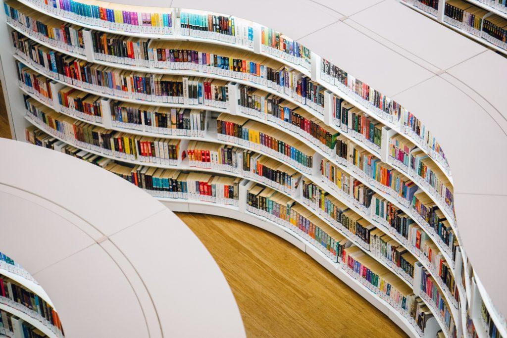 Regały z książkami w bibliotece