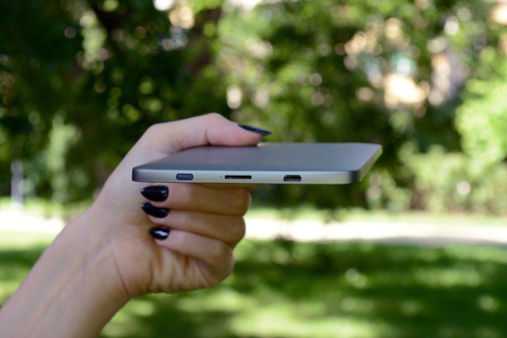 Dolna krawędź PocketBooka Color