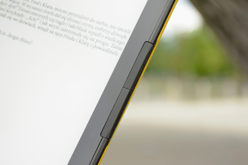 Przyciski fizyczne po bokach czytnika InkBOOK Calypso Plus
