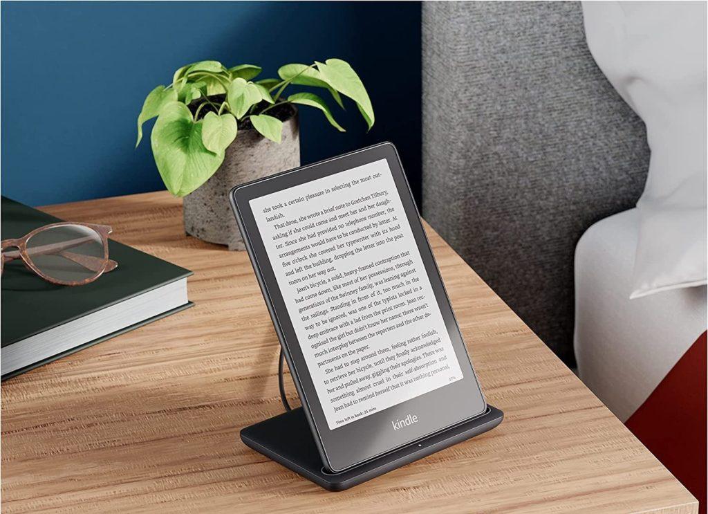 Czytnik Kindle Paperwhite Signature Edition bezprzewodowe ładowanie.